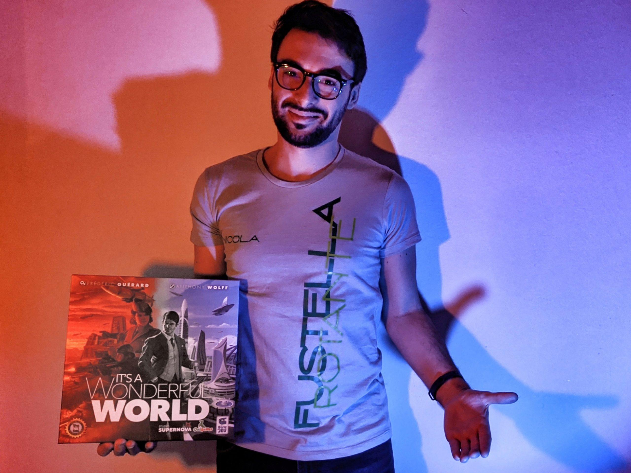Nicola Mosca con la scatola di It's a Wonderful World