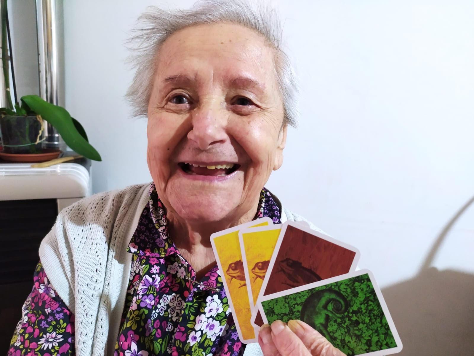 La nonna che gioca a Coloretto